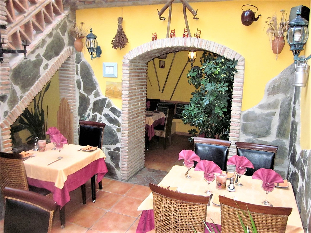 Cozy, well maintained first class restaurant in very good condition located in the old district of E,Spain