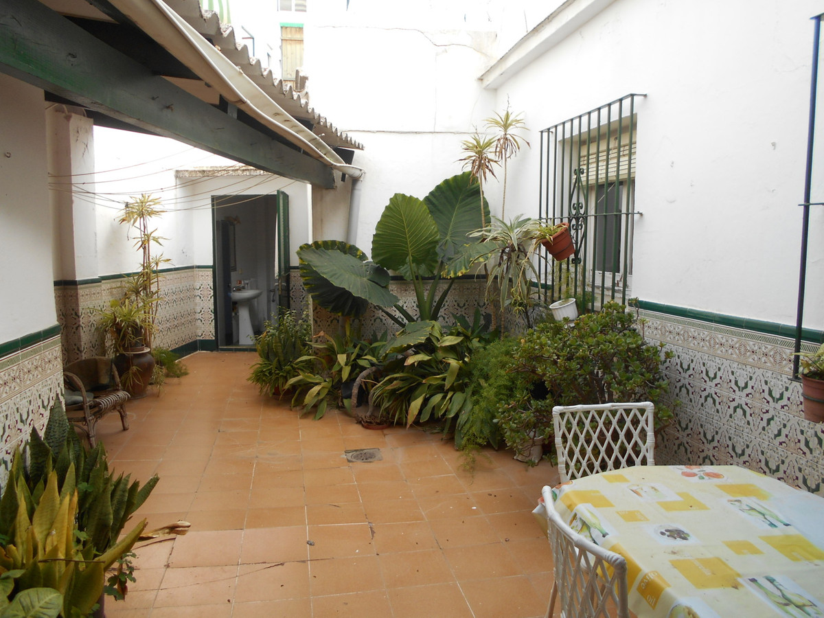 Nice house with local included on one floor with 220m2 with 3 bedrooms 1 bathroom 1 toilet living ro, Spain