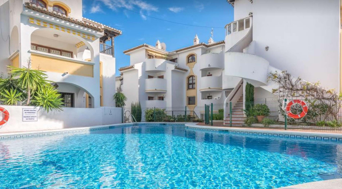 This two bedroom and two bathroom apartment is situated in the popular Jardines de Calahonda area in, Spain