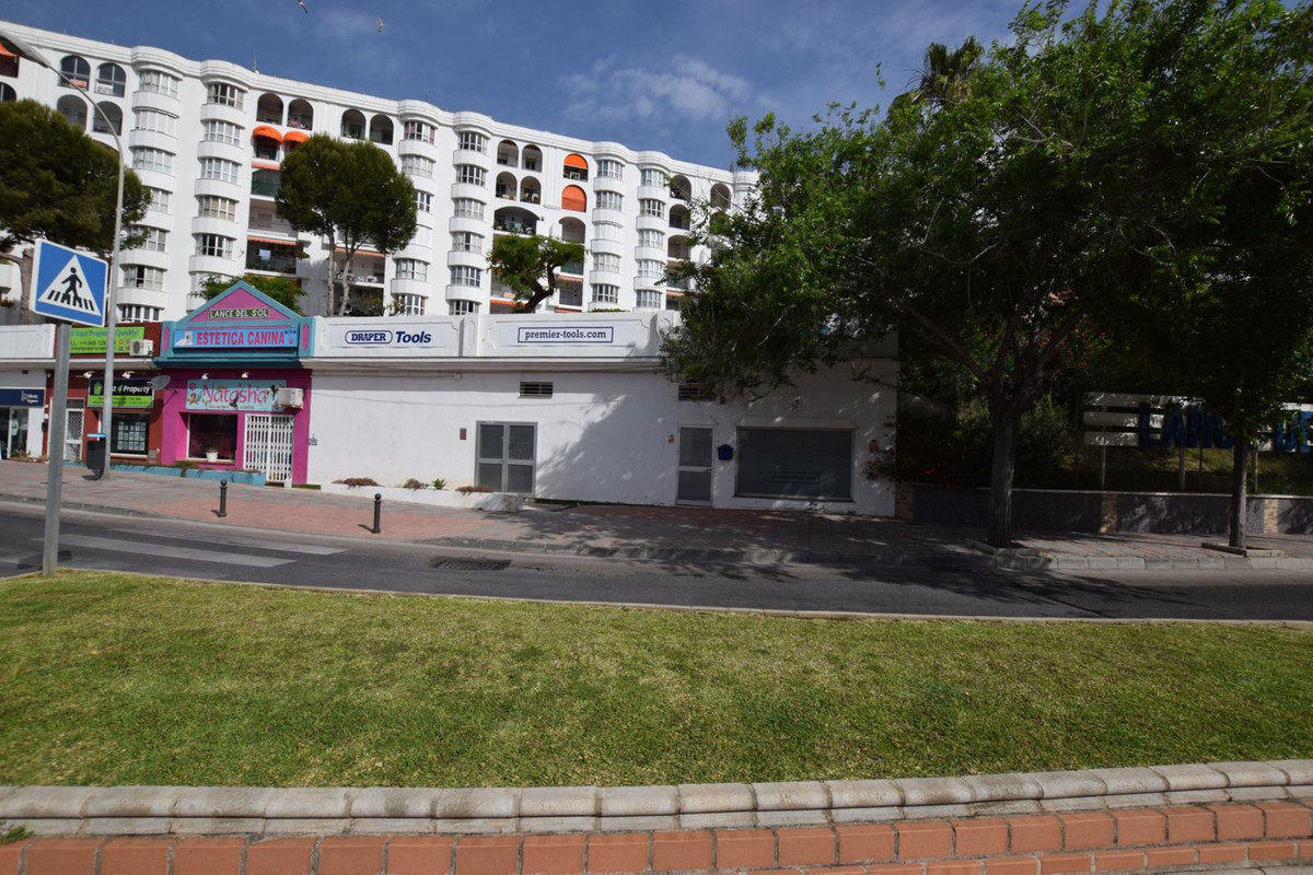 AVAILABLE FROM NOW  Local of 40 m2 in Los Boliches, opposite the bp petrol station.   This freehold ,Spain