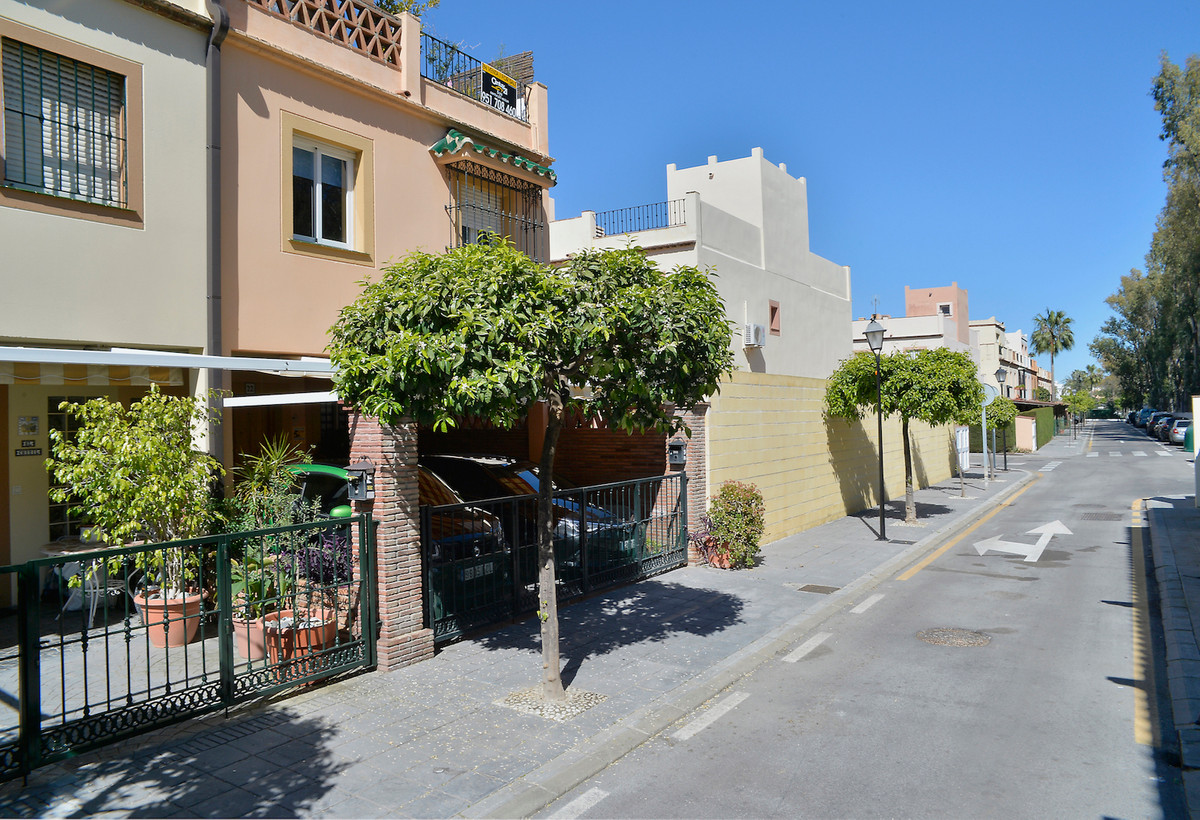 Estepona East you find this fabulous semi-detached house  located in a small group of houses with co,Spain
