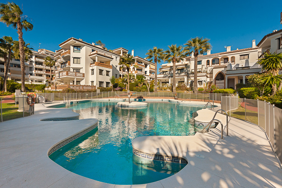 Lovely 2 bedroom, 2 bathroom apartment situated in a popular complex of Calahonda. This spacious gro, Spain