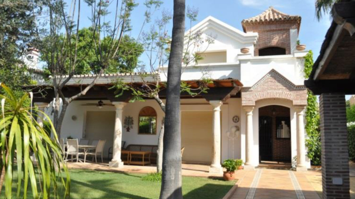 Detached Villa, in a luxury urbanization 100m from the beach. It has 4 bedrooms with 4 bathrooms. A , Spain