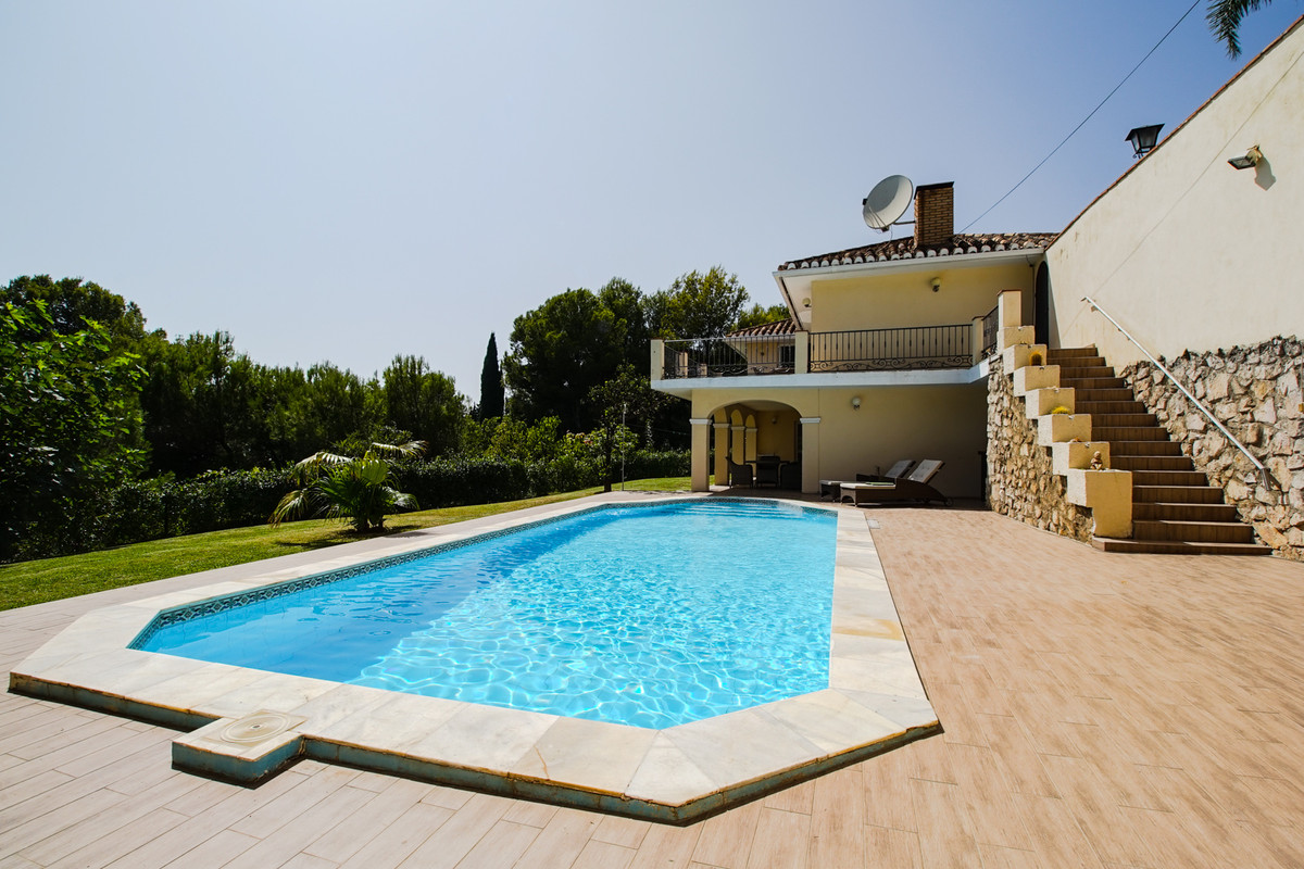 Spacious villa on sale. Very private plot with lush garden, outdoor bar and a swimming pool, big terSpain