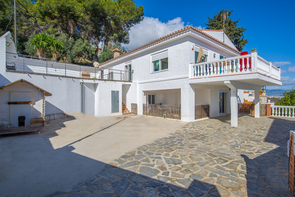 This spacious 270 m2 detached villa is located in the lower part of El Pinar in Torremolinos, about , Spain