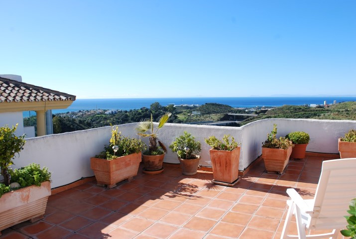 Unique opportunity to buy this penthouse with large terraces and stunning views over the sea. Locate,Spain
