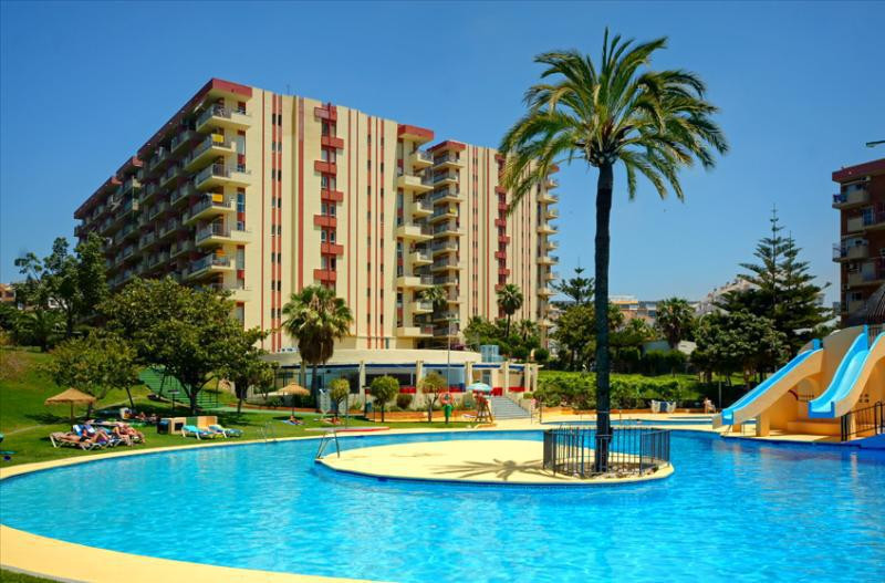 This comfortable one-bedroom apartment with sea view is situated in a well established area of Benal, Spain