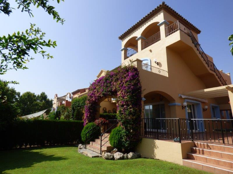 A rare opportunity to purchase a fantastic detatched townhouse in the sought after La Alzambra urban,Spain