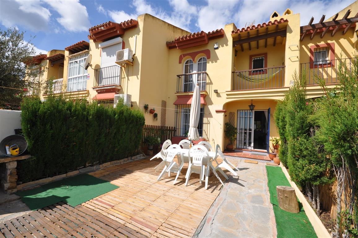 !!!EXCELLENT OPPORTUNITY!!! LARGE TOWNHOUSE PROPERTY east and west facing. Located between Sotogrand,Spain