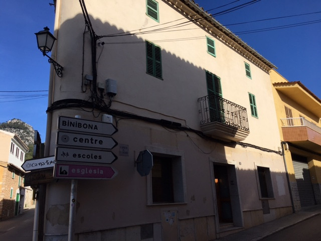 Townhouse located in Caimari making corner ideal for housing or business has two rooms on the ground, Spain