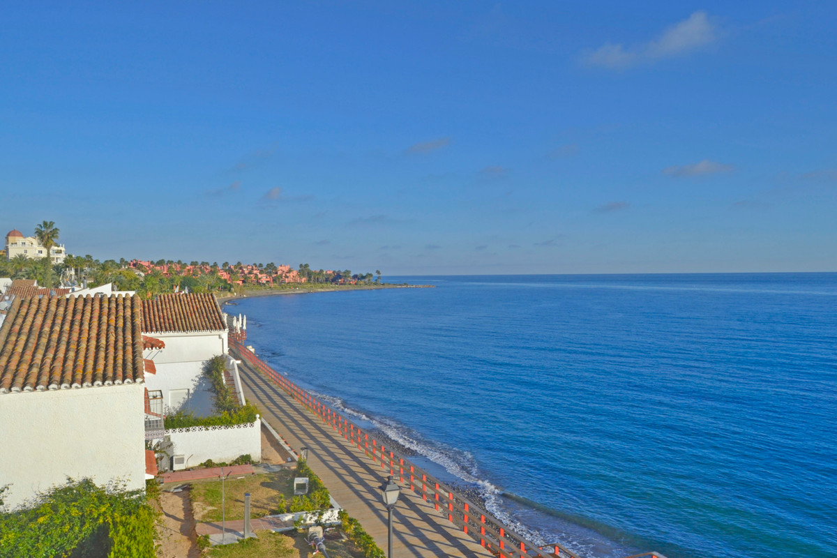 Middle Floor Studio, Estepona, Costa del Sol. Built 38 m².  Setting : Beachfront, Beachside, Close T, Spain