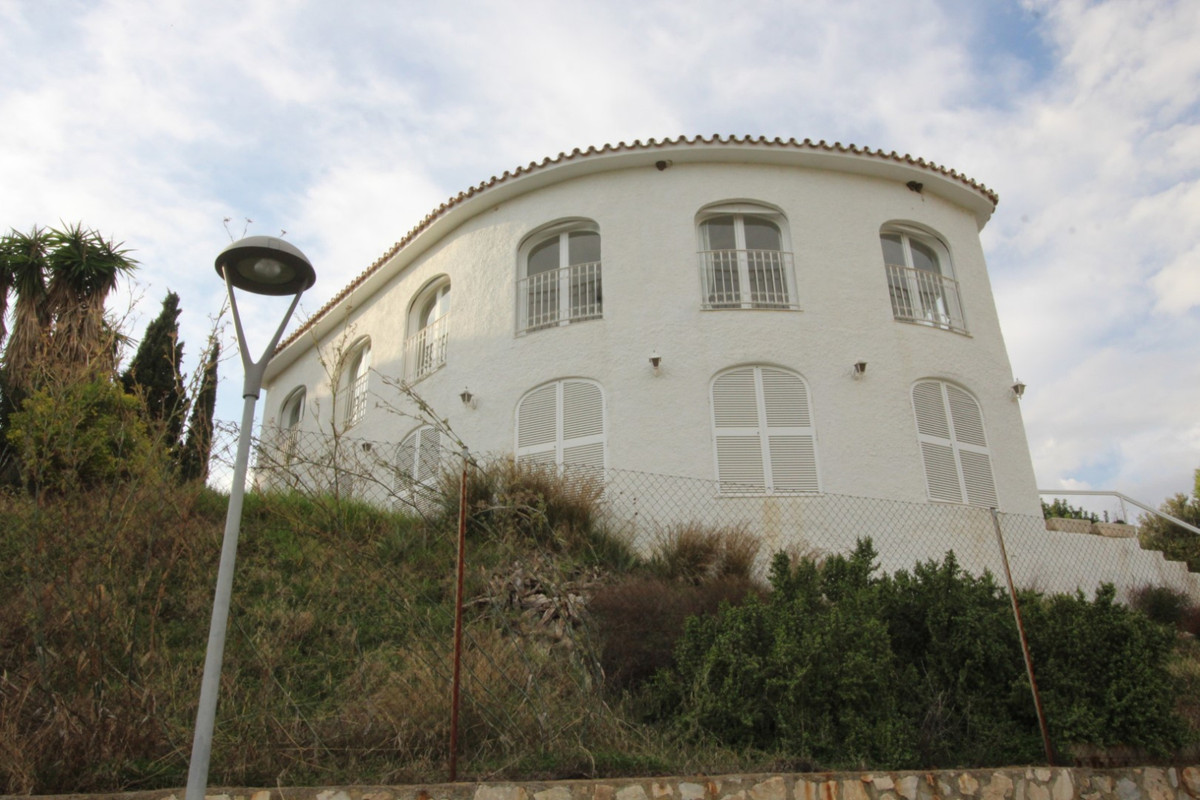 Great opportunity!!  This wonderful Villa is located almost on the golf course, in Rincon de la Vict,Spain