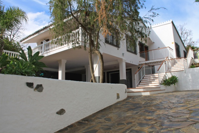 Independent villa situated on the famous Golden Mile just a few minutes driving from Marbella or Pue,Spain