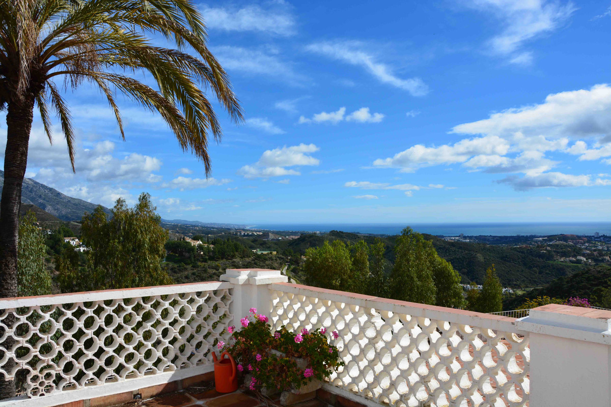 Lovely large family house with fantastic open views to mountains and coast. Situated in a famous gat,Spain