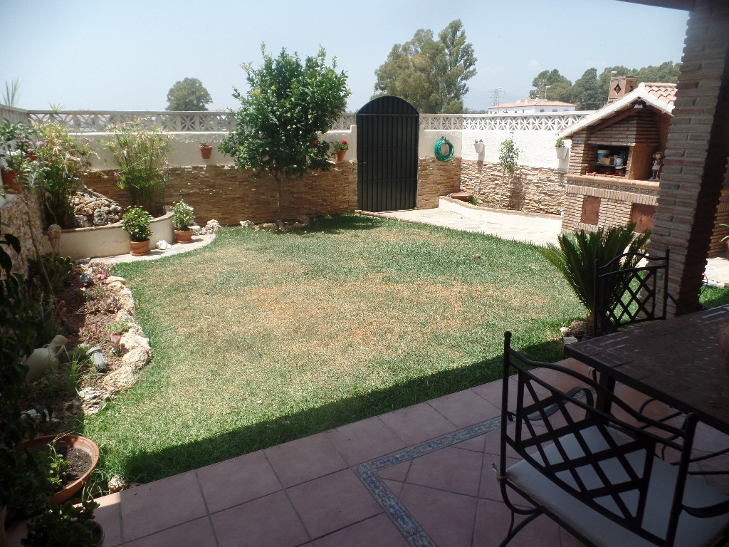 Completely renovated and furnished apartment in private residential gardens and pool. It is a ground, Spain