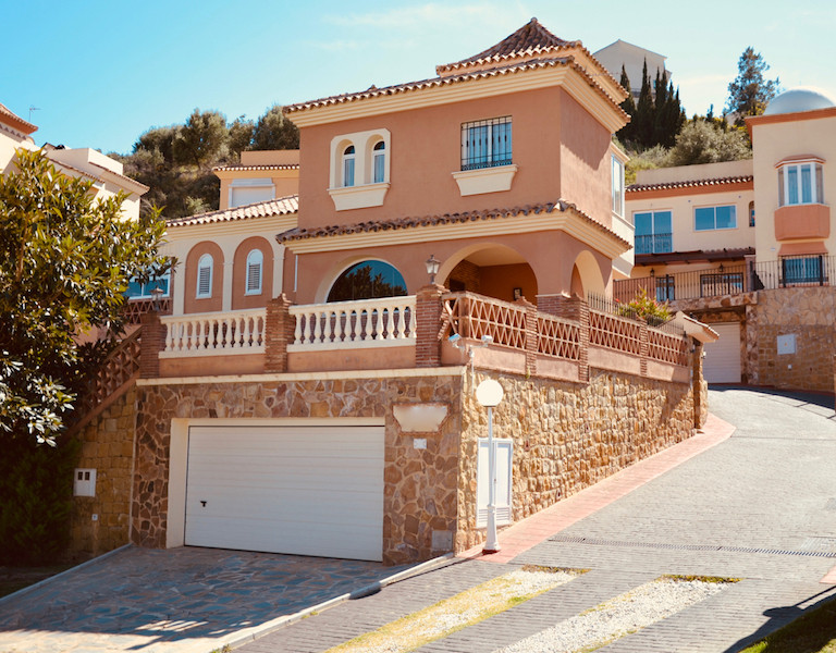 This beautiful and sunny villa is located close to town centre, restaurants and shops, close to golf,Spain