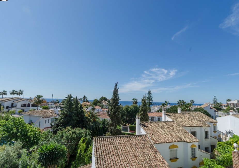 A superbly located 2 bedroom, 2 bathroom first floor apartment with lovely sea views and within walk, Spain