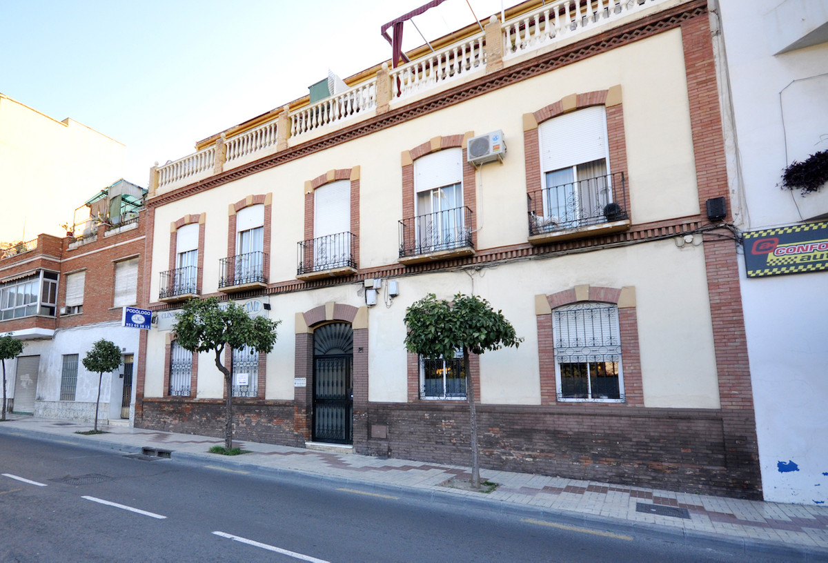 Great 3 bedroom apartment ideal to live. The apartment is located in a small typical building in Mal,Spain