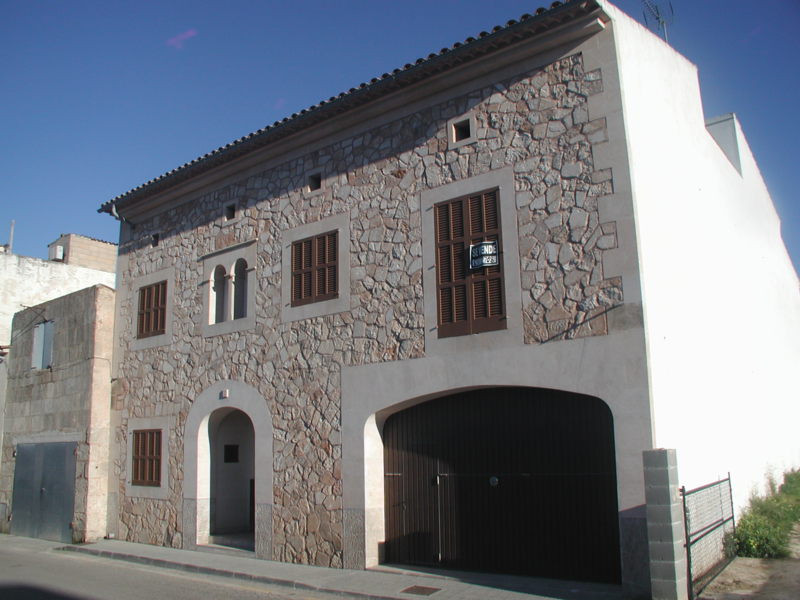 Townhouse with garden  Living area 380 m2, plot 260 m2 Ground floor: 2 bedrooms, 2 bathrooms, garage, Spain