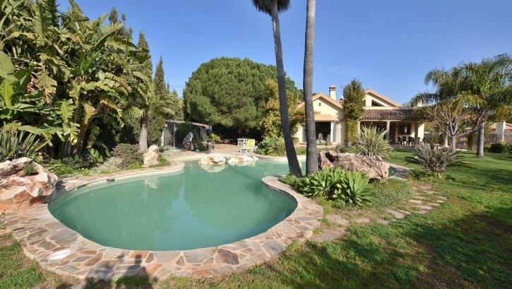 FANTASTIC LUXURY VILLA WITH 2.000 M2 PLOT! Located in Alhaurin de la Torre, in urbanization at 5 min, Spain