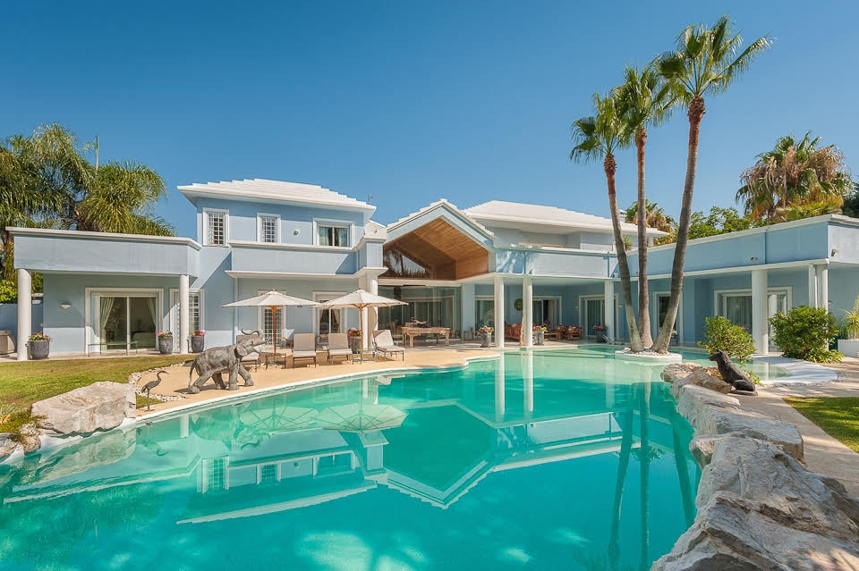 6bed/6bath villa set in a secluded South-facing plot with two entrances, the villa is open plan in d,Spain