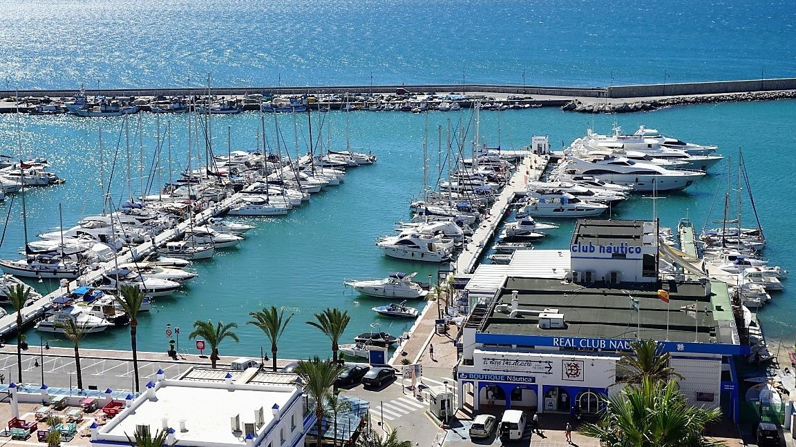 Wonderful Duplex located in the Port of Estepona  This bright property located in the port of Estepo, Spain