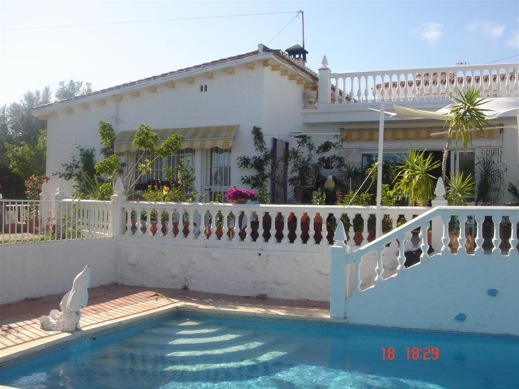 A VERY GOOD, 2 BEDROOM, 2 BATHROOM SEMI-DETACHED HOUSE WITH A NICE LARGE PRIVATE GARDEN IN MIJAS COS, Spain
