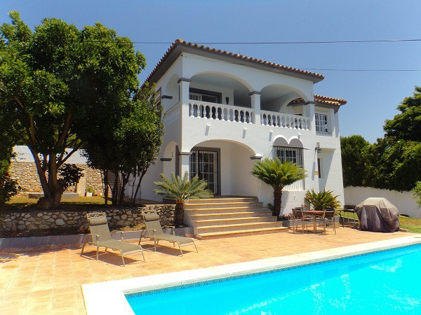 We are pleased to offer you this 4 bed, 2.5 bath villa in Sierrezuela. The property has actually got,Spain