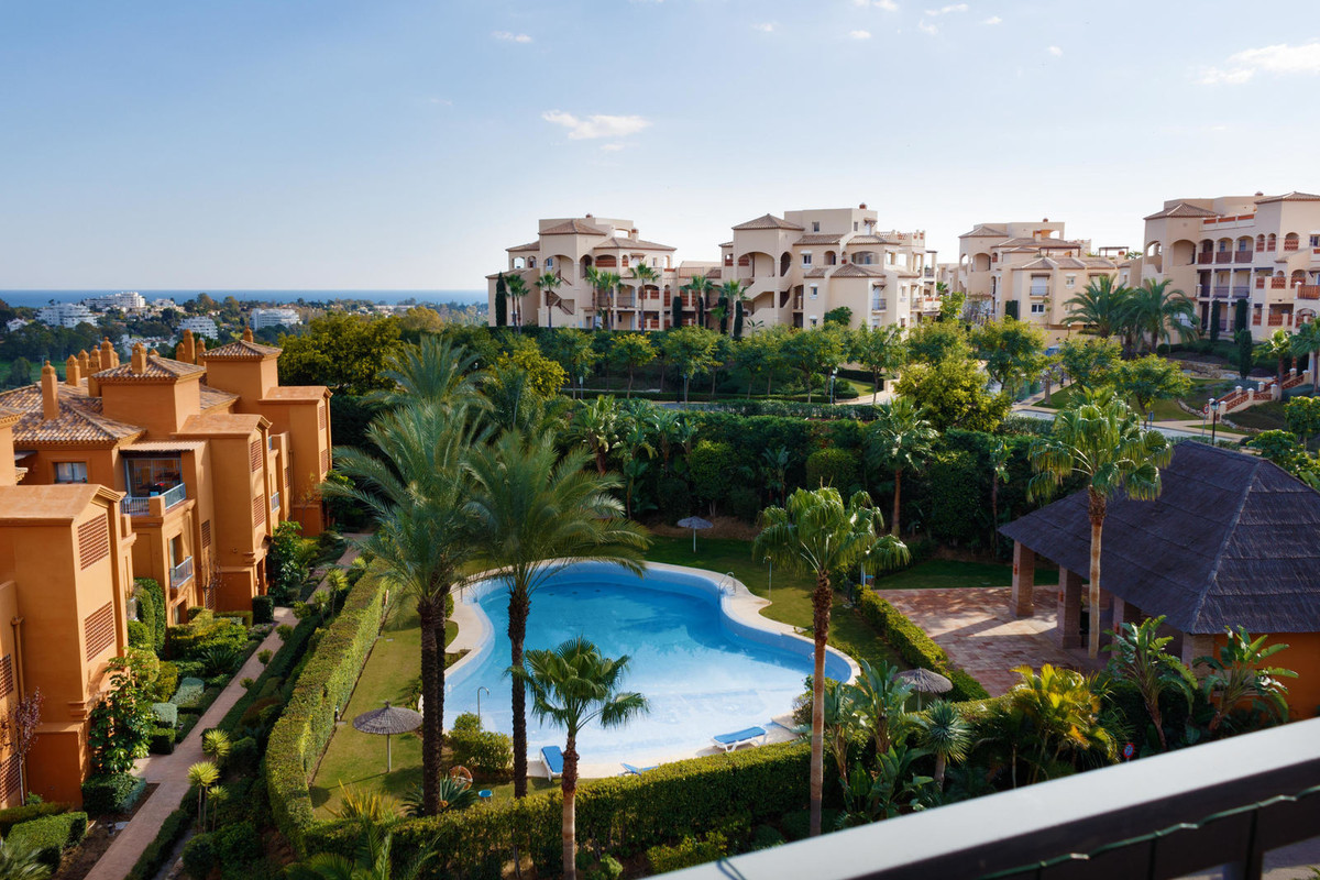 Fantastic Penthouse located in a Residential Complex, at the height of the Atalaya golf course. The ,Spain
