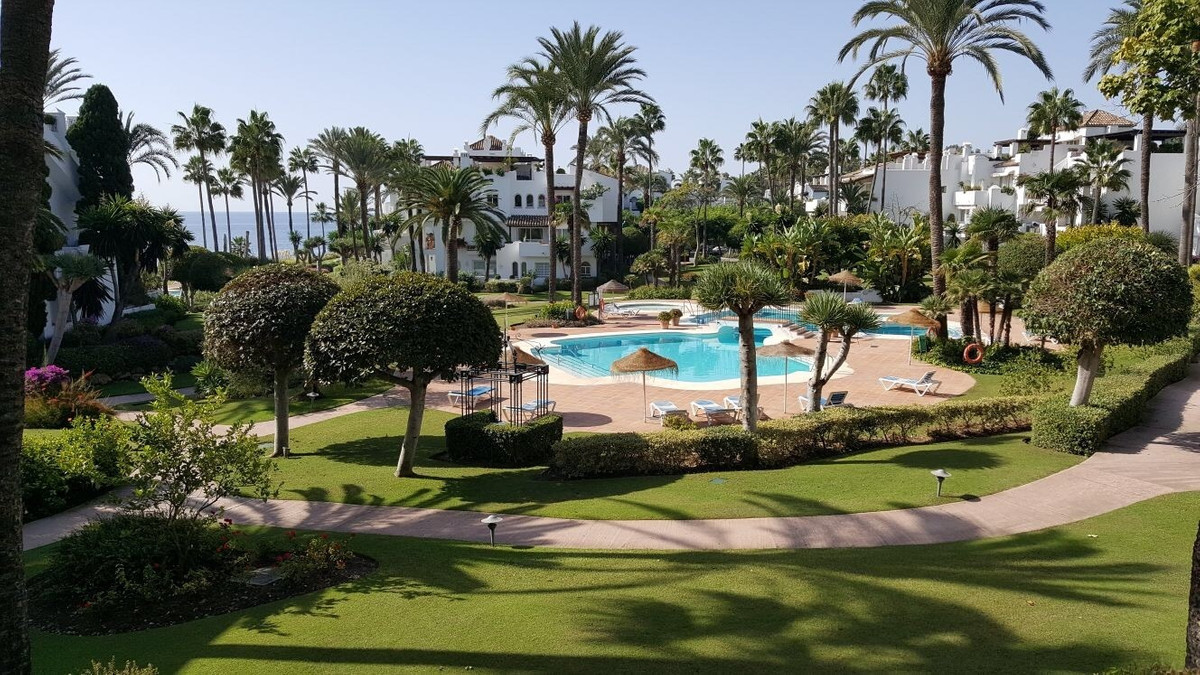 Middle Floor Apartment, Estepona, Costa del Sol. 2 Bedrooms, 2 Bathrooms, Built 113 m², Terrace 30 m, Spain