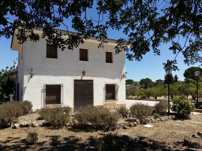 Attractive country house of about 165m2 on a flat, gated plot of 4030m2, Mains electric and water co,Spain