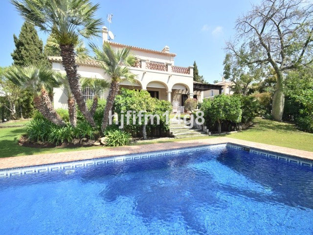 South facing villa in the prime location of La Cerquilla, Nueva Andalucia. Situated in the heart of , Spain