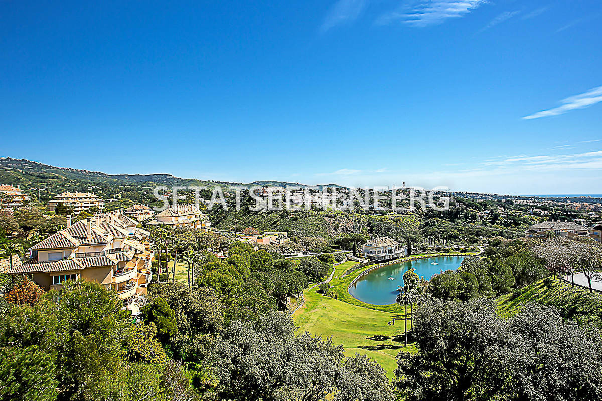 Beautiful apartment situated in the renowned Elviria Hills urbanization in the east of Marbella. It , Spain