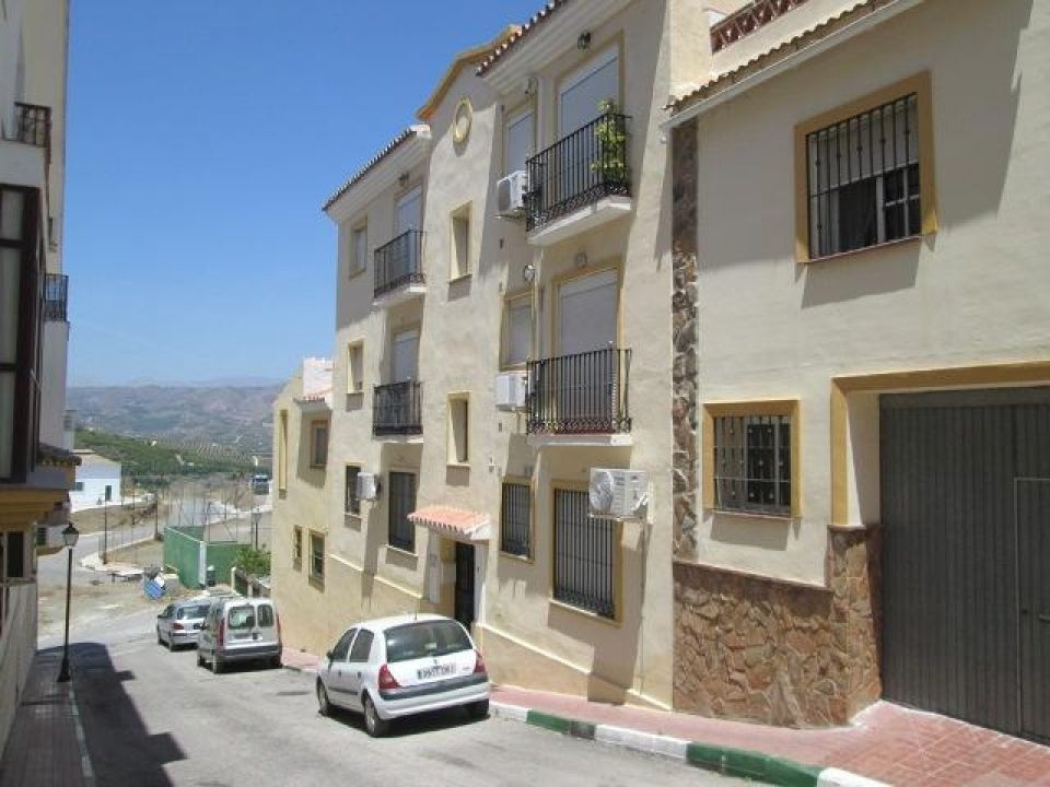 A modern apartment situated in a quiet street on the outskirts of the village of Benamocarra, within,Spain