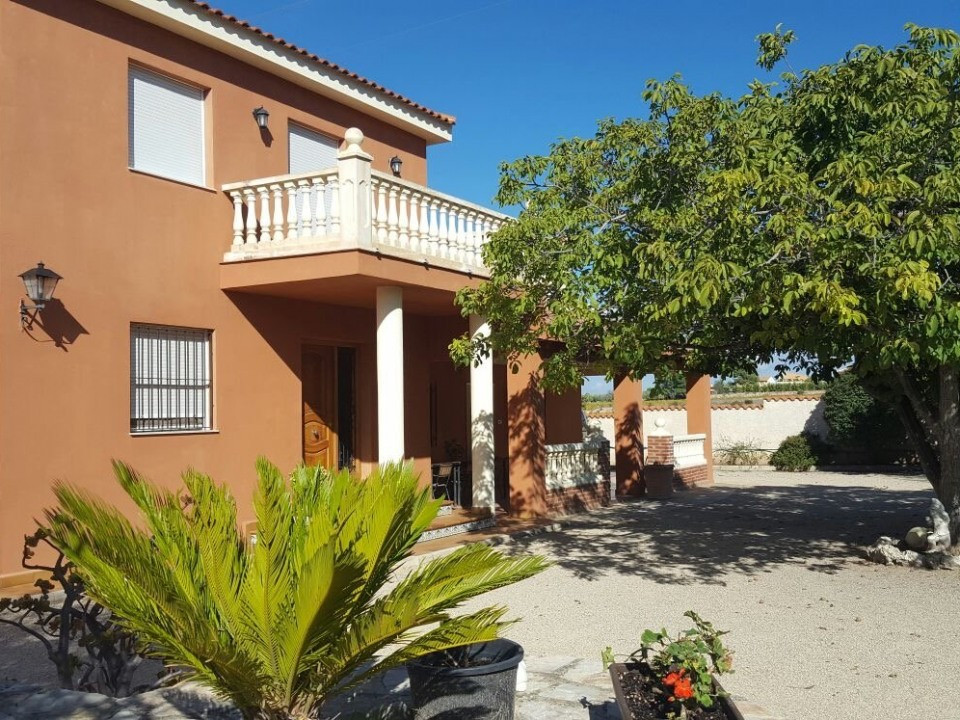 Lovely large house of 257m2 on a plot of 6263m2 2 minutes from Agullent. With electric gates and cov,Spain