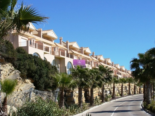 Beautiful townhouse in beautiful development with marvellous views. This townhouse is built on three,Spain