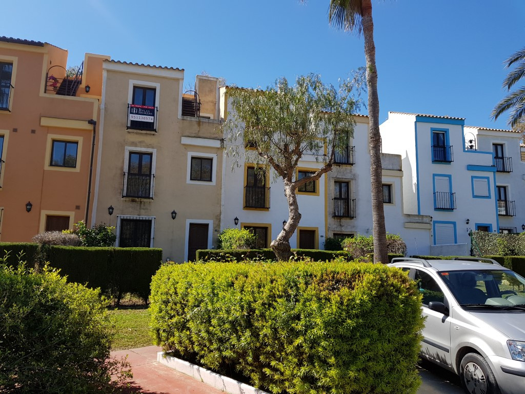 Great opportunity to purchase a 3 storey townhouse situated within 5 minutes of the beach. This east,Spain