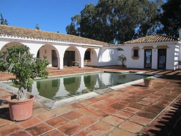 Fabulous opportunity !! Property located in the quiet site of Chaparral next to the golf course of C, Spain