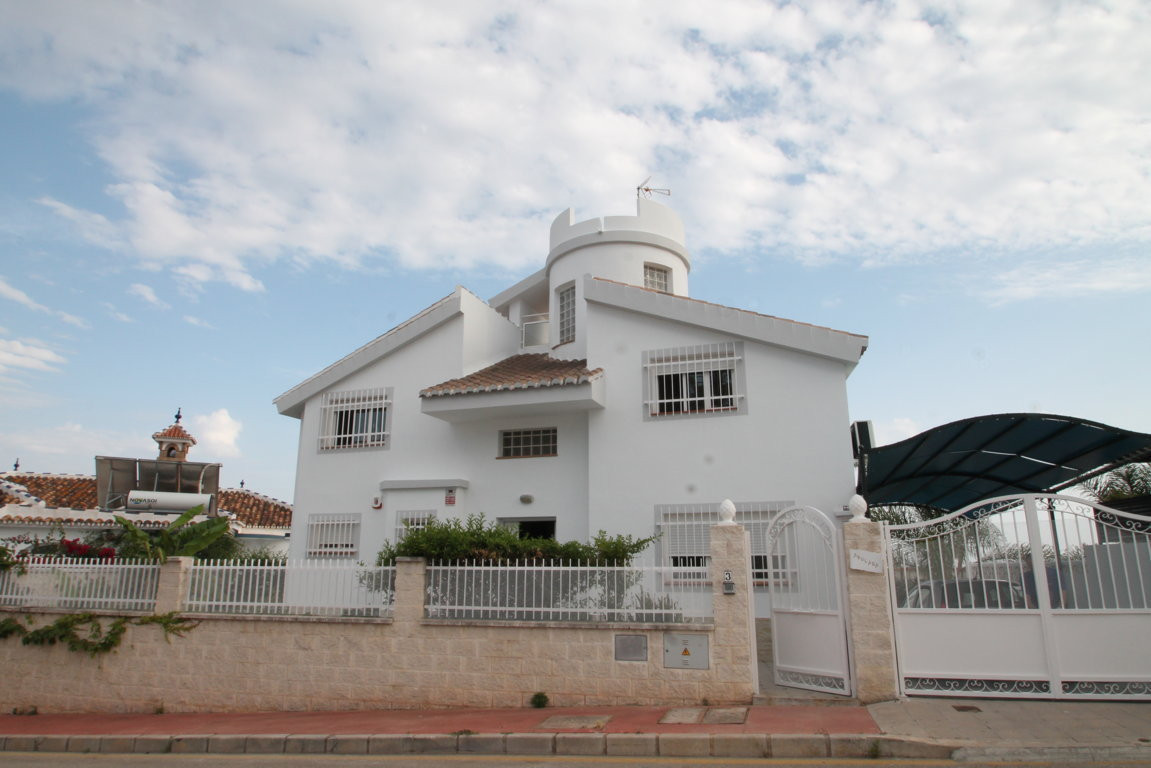 Great opportunity, luxury villa qualities at unbeatable price. Spectacular detached villa, in a resi, Spain