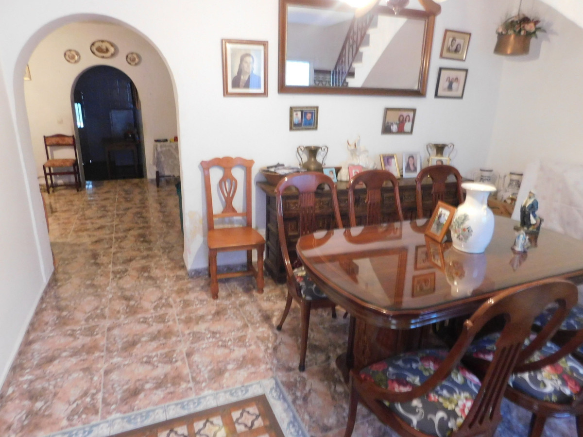Beautiful town house located in an unbeatable area of ??Alhaurin de la Torre, close to all kinds of ,Spain