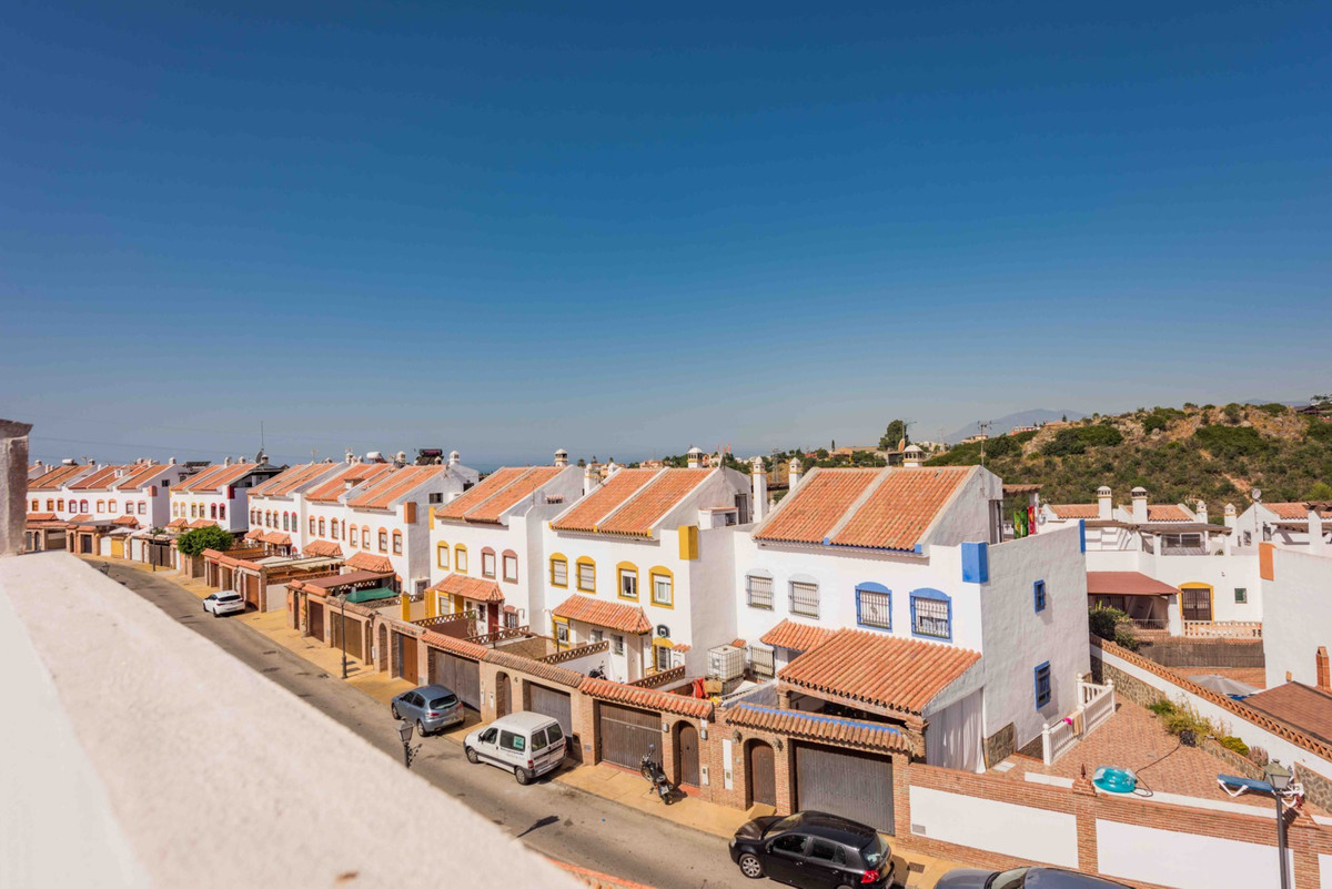 Corner townhouse on four floors, very bright, 3 bedrooms and 3 bathrooms located in Urb. Bello Horiz,Spain