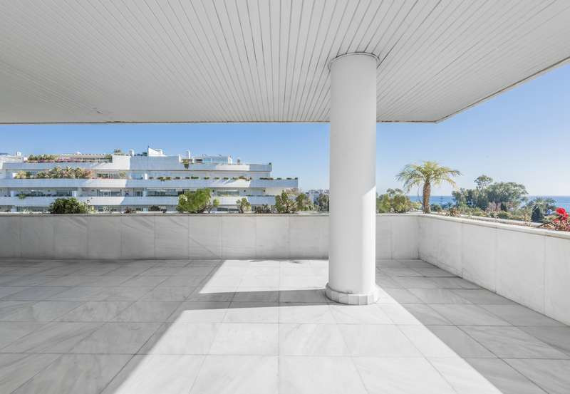 This luxury 3 bed apartment is located in an exclusiv comunity next to Puerto Banus and only a short, Spain