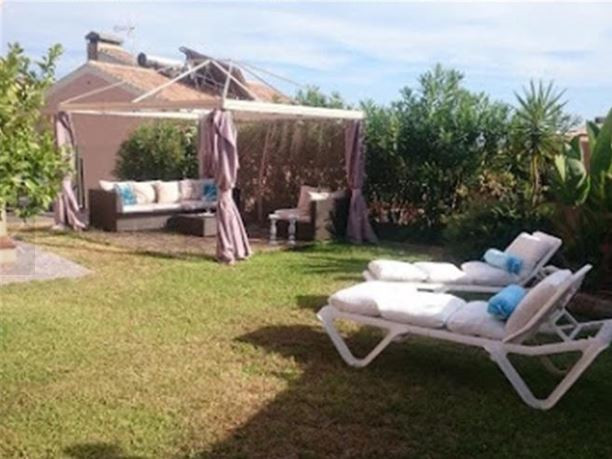 Beautiful house in the area of ??El Padron for sale with a very large private garden. The house cons,Spain