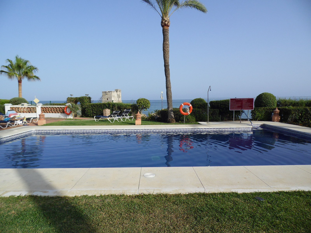 Luxurious three bedroom Penthouse apartment in a much sought after BEACHFRONT Urbanisation. Direct a,Spain