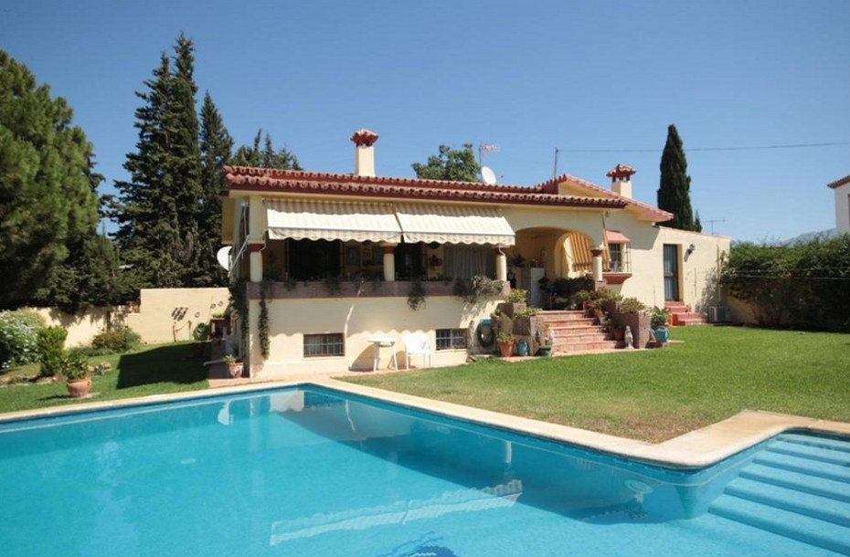 We offer for sale this large country house located near to Guadalmina Alta and San Pedro.   The main,Spain