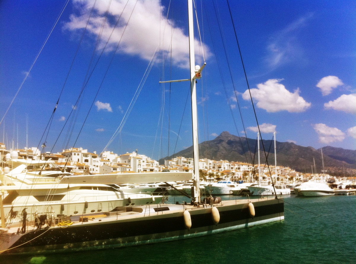 * Located in the second line of Puerto Banus Marina.  Whether you want to relax, shop or sunbathe on, Spain
