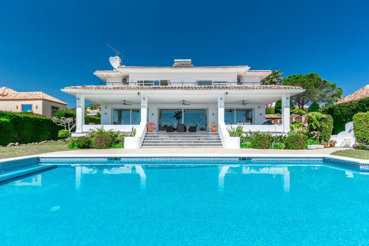 A classic style villa in a privileged position front line golf to the 17th hola at Los Naranjos Golf,Spain