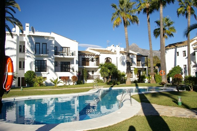Excellent apartment located in the sought after area of Nueva Andalucia. Situated in a gated complex, Spain