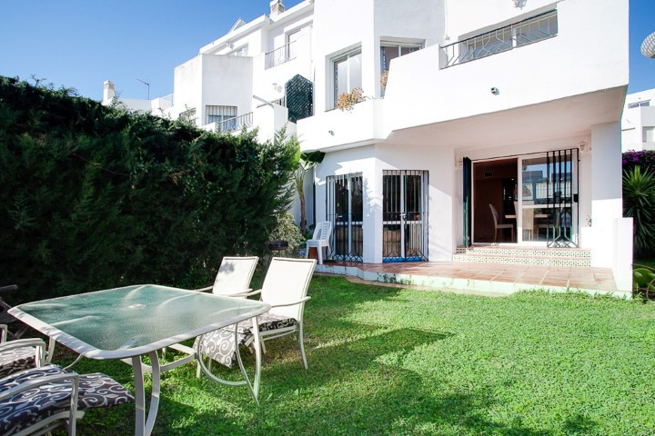 Very large townhouse set in a quiet and gated complex in the highly demanded area of Selwo, just 10 ,Spain