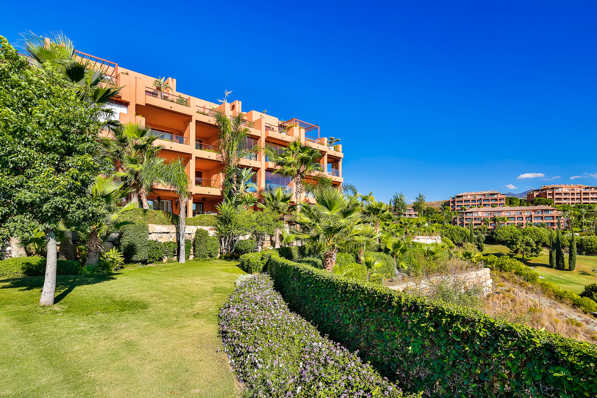 This stunning 3 bedroom/2 bathroom ground floor apartment is located in the prestigious Los Flamingo, Spain